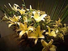 + DETALHES DA OBRA Flores sobre a mesa
